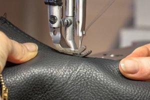 Corte e costura de bolsas de couro sintético